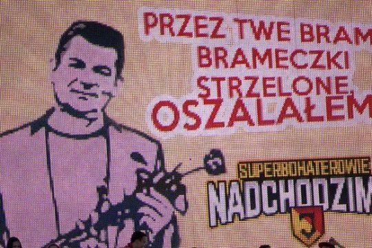 Zenek Martyniuk wkracza na boisko piłkarskie