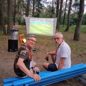 Bogdan Fabiański i Piotr Gryglewicz ogladają Euro 2020 ... w lesie